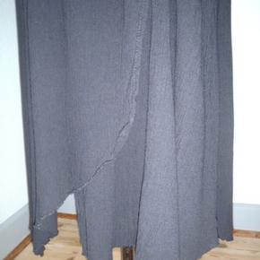 Skøn kjole i viscose, let assymetrisk. Brystvidde 96-108, længde 94-109 Bytter KUN, hvis en har præcis denne kjole i str. XL