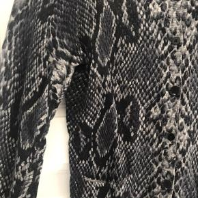 Cardigan fra Saint Tropez i grålige nuancer i slangeprint. Strikken er lavet i 100% bomuld.  Kan sendes eller hentes i Kbh 😊