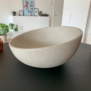 Super fed beton ish skål, kan sagtens bruges til mad, men også til whatever andet opbevaring / planter eller hvad man nu vil.  D: 29,5 cm Højde højest: 15 cm. Højde lavest: 8,5 cm