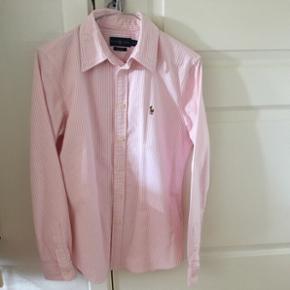 Lyserød stribet Ralph Lauren skjorte i str. M. Kun brugt 2 gange, og fremstår derfor som ny. Skjorten kostede 800 kroner fra ny af