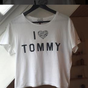 Sælger denne t-shirt fra tommy Hilfiger. Den er så god som ny, og brugt få gange. Kom med et bud