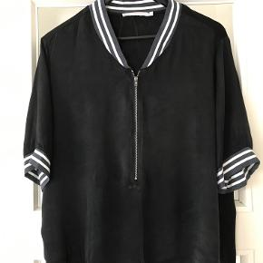 Bluse fra YAYA women . Aldrig brugt . Str hedder 44 men jeg har skrevet 40 da det er mere passende . Måler 54 cm fra ærmegab til ærmegab og er 62 cm lang . Lavet af blank silkesatin . Bytter ikke