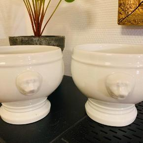 To velholdte (portions-) suppeskåle.  De er ikke helt identiske; se stempler i bund.  11 cm i diameter foroven.