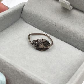 Line & Jo Miss Rikkie Antique Ringen er knækket (se billede 2), derfor sælges den billigt