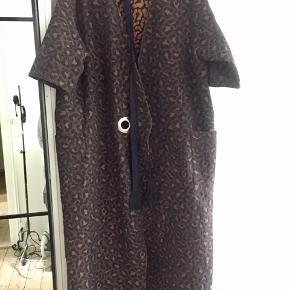 Mega fin kimono kjole i leopard med bindebælte i taljen - du kan se modellen bundet i den lyse udgave (den sælger jeg også). Er lidt stor i størrelsen.  Nypris: 1.999 kr