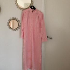 Så smuk og unik Dior vintage kjole sælges (oprindelse er 1980'erne). Kjolen er i fin stand, men har bagpå en sort streg og foran har den enkelte brugsspor. Intet af stor betydning for kjolens helhed, men skal selvfølgelig nævnes - se billeder (kan muligvis fjernes ved rens). På baggrund af ovenstående sælges kjolen til kun 650kr.