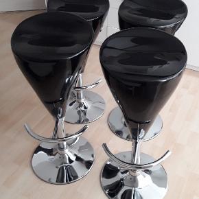 4 stk. barstole med super siddekomfort. Kan drejes 360 ° og justeres trinløst i højden  Sæde i sort højglans plast. Fod og stel i chrome metal.  Kun minimal brugsmærker, og ikke noget man lægger mærke til.