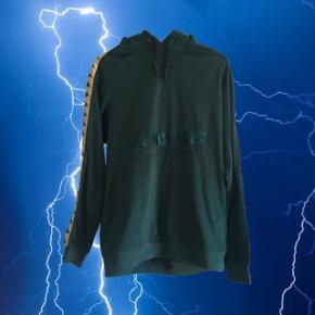 """Unisex grøn Kappa hoodie s, med teksten """"like no other"""". Der står ikke str i men tror det er en S/M mandestørrelse, jeg bruger XS/S og har brugt den som en oversize hoodie, så kan sagtens bruges af piger  ❌ læs min shop beskrivelse ❌"""