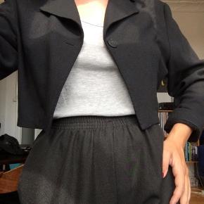 Kort sort vintage blazer i polyester og viskose 🌸  I rigtig god stand.  Str. Xs - S