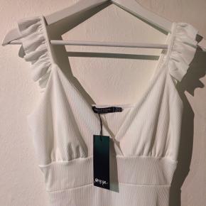 Sælger denne kjole, da den var et fejlkøb  ☀️Den er ubrugt og derfor i perfekt stand ☀️Kjolen er hvid, så den velegnet til de kommende studenter  ☀️95% polyester 5% elastane ☀️Stoffet er ribbet ☀️Egnet til størrelse Medium, M ☀️Nypris var 230kr eksklusiv forsendelse    Søgeord: Hvid, kjole, studenterkjole, sommerkjole, Nasty Gal