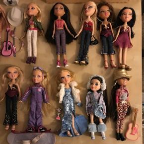 """20 bratz dukker med tøj, sko og tilbehør. Nogle er mere slidte og en enkelt er som ny :)) På ca. 3 af dukkerne er navnet """"Liva"""" skrevet på ryggen, og der er forskellige brugsspor på dem.Kom med et bud!"""