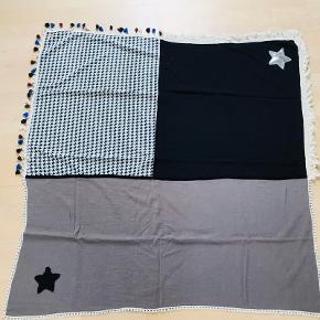 Super lækkert tørklæde i kraftig bomuldskvalitet med flotte detaljer. Mål: 105 x 100 cm