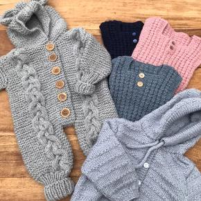 Hjemmestrikket babytøj - dragt, veste og trøje. Priser fra kr 60,-.