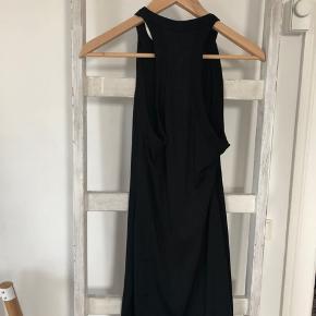 Super flot sort halterneck kjole. Np: ca. 500 kr. Kjolen fitter XS - M.