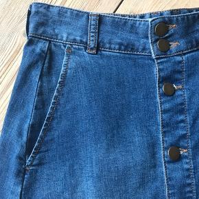 Anvendelig nederdel med lidt stræk og sliddetaljer. Brugt meget få gange.
