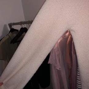 Mega blød sweater som ikke kradser  Brugt max 5 gange og fremstår derfor som ny Fra desires Køber betaler fragt