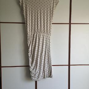 Fin kjole i viskose. Råhvid og blå prikker