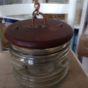 Gammel skibslanterne fra 1936 med teak top, og messing beslag. Lavet om til el. Virker fint. Indgraveret på glasset : E307 BPK 28-1-36 Ø 23 H 19 cm.
