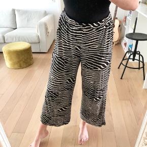Zebra stribet i beige og sort ankel bukser