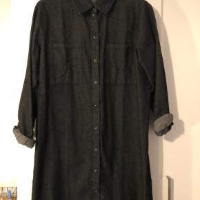 Denim-kjole med fine, sorte knapper.  Kjolen er aldrig blevet brugt 🌸 Byd gerne!