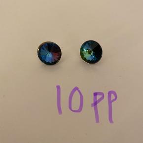 Nedsat swarovski øreringe grundet den ene krystal har rykket sig et par milimeter. Kan også sendes for 10kr som brev med post nord.