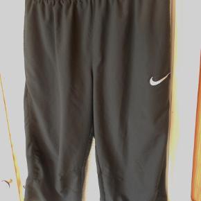 Knickers, Nike, str. S  Flotte sorte Nike sport knickers Net foeret Med ventilations net bag knæet Talje vidde 68 cm kan øges til 76 cm. ( elastik + snøre ) Indvendig benlængde 44 cm. 100 % polyester. De er flot sorte billedfarven er desværre ikke god Porto med DAO uden omdeling , fremme på 2-4 dage. Har mobilpay