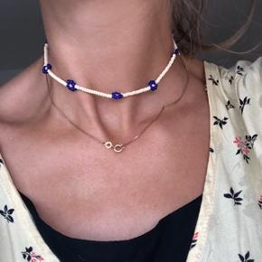 Perle halskæde med blomster Beige navy og pink midte 📐mål: 33 cm 💮 Prisen er fast og inkl forsendelse med postnord  #trendsalesfund