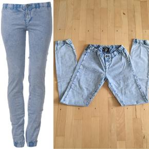 Just Female lyseblå jeanslook leggings i str. small. Kan fint bruges under en kjole eller til en lang skjorte ☺️ Materiale: 97% bomuld, 3% elastan. Nypris 500,- Mp 75,- pp