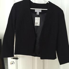 Blazer jakke fra H&M i str 38. Sort med fine detaljer. Aldrig brugt (mærke sidder i).