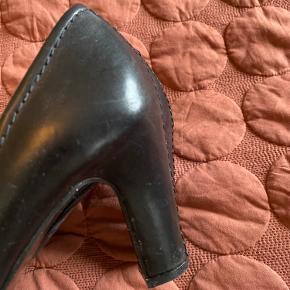 Helt nye sko , brugt to gange kan ikke gå i høje sko mere. Flot sko at gå i.