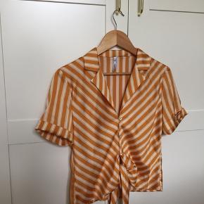 Skøn bluse sælges - kan bindes foran.  Str. Small  Skal hentes i Aalborg eller sendes på købers regning og ansvar. (Dao)