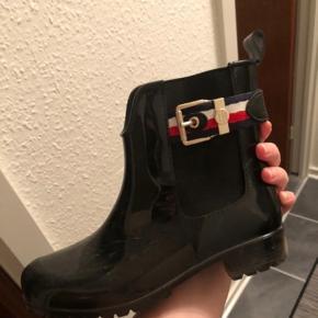 Tommy Hilfiger gummistøvler sælges udelukkende fordi de er for små. Sort i str 36. Kan sendes🥳