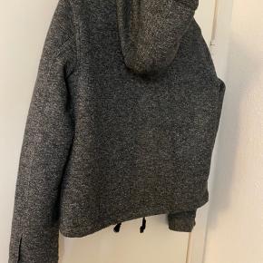 Lækker kort jakke i mørk merleret grå. Str. large næsten ikke brugt, ingen tegn på slid. Sender gerne.