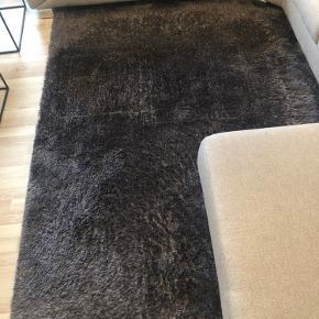Flot gulvtæppe i farven koks  160x230 Gulvtæppe skal afhentes af køber.