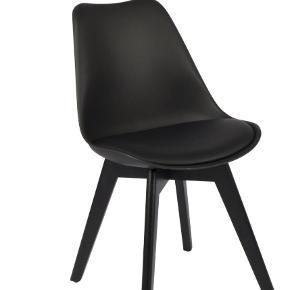 Har 4 af de her stole, helt nye stadig i indpakning. Købt for et par måneder siden, fejl køb, hentes i 6710.  Np 699 pr stol.