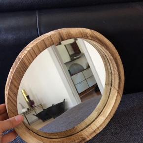 Rundt spejl, trekant. Diameter 30 cm. Nypris 159kr.  Spejl Farve: Ukendt Oprindelig købspris: 159 kr.