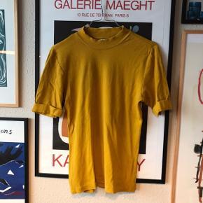 Smuk karrygul t-shirt fra Pieces 💛 jeg mener det er en str. L, men jeg har dog klippet mærket ud, så jeg er ikke 100% sikker. Brugt en del, men overordnet pæn.   Bemærk - afhentes ved Harald Jensens plads eller sendes med dao. Bytter ikke 🌛   💫 Tshirt t-shirt Pieces karry gul karrygul rib ribbet
