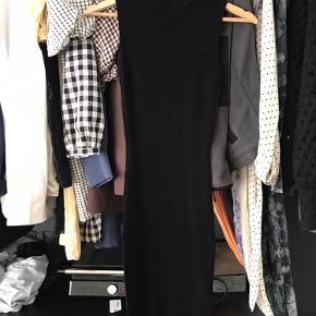 Strik kjole ned høj hals 🖤 Brugt 1 gang. Kan passes fra xs-l