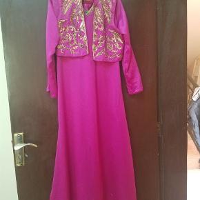 Brand: Kashkhara  Varetype: Maxi Farve: Pink Oprindelig købspris: 750 kr. Prisen angivet er inklusiv forsendelse.  Smuk festkjole i str L. Ny og ubrugt med tags.