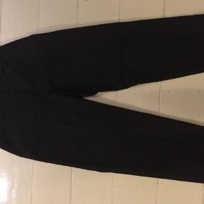 Sælger disse smukke bukser fra Acne da de er købt for små.  73 % uld, 27 % mohair. Nypris 2600kr