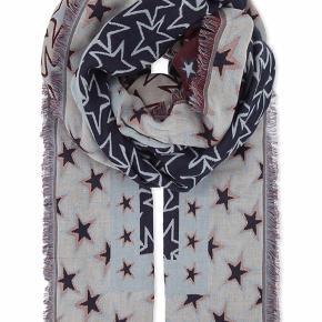 Lækkert stort tørklæde med stjerneprint.  Forskellige farver på hver side af tørklædet. Måler 200x115cm. Materiale: 48% bomuld og 52% viskose. Brugt 2 gange.