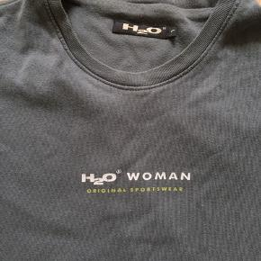 Flot, retro H2O t-shirt i en grålig/grøn farve Der står det er størrelse L, men ville selv mene det er S/M