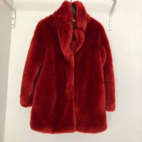 Flot rød pels som kun er brugt få gange. Den er meget varm at have på - har selv brugt den i vinteren 2019.