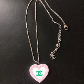 Flot halskæde fra Chanel købt på Vestiaire Collective til 2500 kr. På sidste billede ses verifikationsbeviset.   Kædelængden er 40 cm