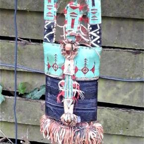 Brand: Etnisk design - vintage - nomade / beduin kunsthåndværk Varetype: Dekoration - Hals pung fra tuareg stammen - afrikansk nomade stamme Størrelse: 22/5 x 8/5 cm Farve: Multi  Suprime autentisk kunsthåndværk i kamel skind . Detaljerig i teknikker ; skind prægning , udskæringer, applikationer , broderi ,påsatte ting . Måler ca 22,5 x 8,5 cm . snøre måler ca 22 cm , og hals snøre ca 54 cm . Ydre top stykke er også lukning . Når den løftes er der et rum med klap . Denne pung har været i brug , hos en exsotisk beduin . Det kan ses og et par steder er dekorations tråd gået op . ( der taget højde for dette i pris ) . Denne pung er ikke billig , men det er den i forhold til , at tilsvarende bliver solgt for mellem 800 og 1200 . :)
