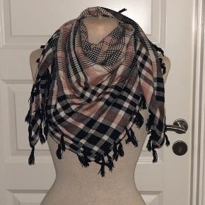 Lækkert tørklæde i tern og med frynser. Farverne er sort, hvid og rust. Størrelsen er 90 x 90 cm.  Byd :-)