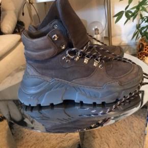 Lækre støvler , hiking boots , chunky I grå  Brugt 4-5 gange  Virkelig fede, har forelsket mig i et par lyse istedet !
