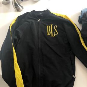 Sælger mine flotte BLS jakke i sort med gul stribe. Kun brugt 5 gange. Bud er velkommen.