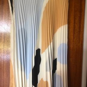 Fin plisseret nederdel - udsolgt i butikkerne og på nettet. Desværre købt for lille.