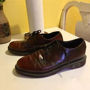 Super flotte sko fra CULT. De er i sort læder, men med et rødt, lakagtigt skær. Mega fede, fine og rå på en og samme tid 🐙